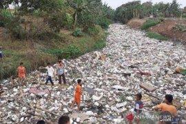 Sampah di sungai, DPRD Bekasi dorong pemerintah atasi dengan beli Water Master