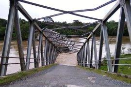 Ambruknya jembatan  ganggu perekonomian warga di Aceh Barat