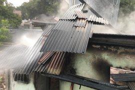 Akibat korslet colokan ponsel, rumah  di Pasar Rebo terbakar