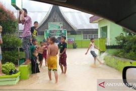 Siswa SDN 06 Sungai Beremas Pasaman Barat diliburkan akibat banjir