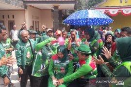 Mandi kembang akhiri musim kampanye calon kepala desa di Bogor