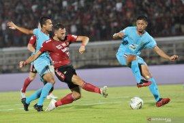 Meski diimbangi Persela Bali United masih kokoh di pucuk klasemen