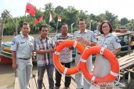 Jasa Raharja Babel serahkan alat keselamatan untuk tiga operator kapal