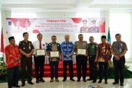 Wali Kota Tebing Tinggi beri penghargaan personel Poldasu dan Polres ungkap kasus pembunuhan guru SD
