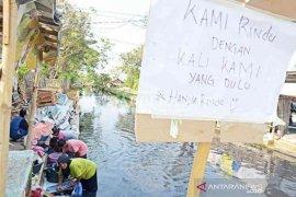 warga Sukaraya Bekasi cuci pakaian di sungai tercemar limbah