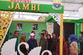Fachrori kunjungi stand pameran Hari Pangan Sedunia di Kendari