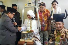 Empat pasang pengantin nikah  unik berkostum pahlawan nasional