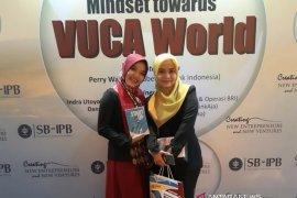 """Fitri Kinasih, wisudawan terbaik  sarjana SB-IPB juga menulis buku """"Start (to) Up"""""""