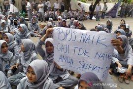 Pegawai RSUD Al-Ihsan Bandung berunjuk rasa