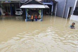 Tanggul sungai di Cirebon ditinggikan antisipasi bencana banjir