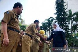 Gubernur Khofifah siap bertemu Risma bahas polemik bau sampah Stadion GBT Surabaya