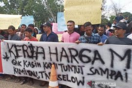 Warga lingkungan eks PT Arun demo tuntut lapangan pekerjaan