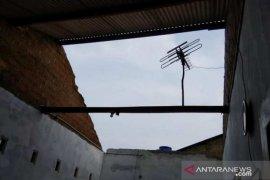 Tiga rumah warga Pangkalpinang rusak diterjang puting beliung