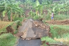 Bencana pergerakan tanah putuskan jalan penghubung antarkampung di Sukabumi
