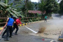 Bersihkan lintasan TdS, Solok Selatan kerahkan dua regu damkar semprot jalan