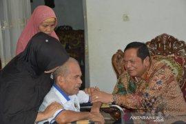 Irsan Efendi Nasution jenguk mantan Ketua PWI Tabagsel