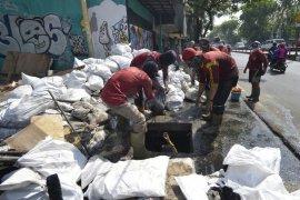 Banyak saluran air di Surabaya alami pendangkalan, rentan banjir saat hujan