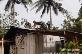 Dalam giat teritorial Babinsa Kodim Mimika rehap rumah warga