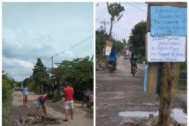 Warga Desa Banyumas Stabat Kabupaten Langkat tanam pohon di badan jalan