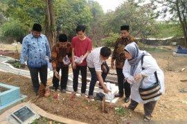 KPU Kabupaten Bekasi ziarah ke makam pahlawan demokrasi