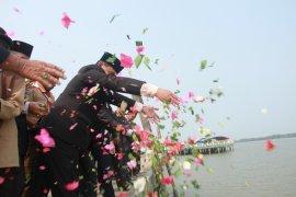 Larung bunga Hari Pahlawan di Dermaga Syahbandar Kualatungkal