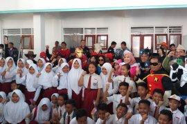 """""""Pahlawan super"""" hibur  para siswa sekolah ambruk di Pasuruan (Video)"""