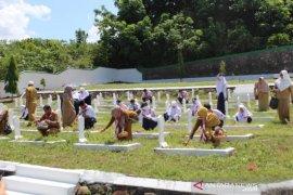Tingakatkan jiwa kepahlawanan, pelajar SMPN 2 Rantau ziarah makam pahlawan