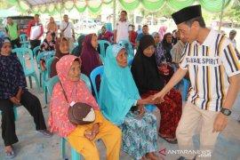 Bupati Gorontalo serahkan bantuan ke warga lansia