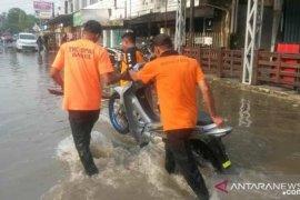 BPBD - Basarnas gelar bakti sosial bersih daerah rawan banjir