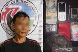 Saat duduk santai di belakang rumah, pemilik narkotika ini ditangkap Polres Tanjungbalai