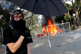 Pengunjuk rasa di kampus Hong Kong yang  terkepung cari jalan keluar