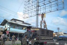 Satpol PP segel empat billboard ilegal di Aceh Timur