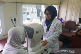 Kereta klinik beri pelayanan kesehatan gratis di Stasiun Cigombong