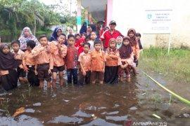 Kadis Pendidikan Asahan berikan motivasi kepada sekolah terkena banjir