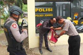 Pascaledakan bom di Medan, Polres Jember perketat pengamanan di Mapolres dan Mapolsek