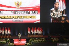 Jokowi minta para kepala daerah permudah proses perizinan