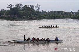 Satu-satunya peserta, Tim putri Malaysia terpaksa berlaga di kategori putra di Serindit Boat Race
