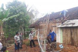 Belasan rumah di Sukabumi diterjang puting beliung