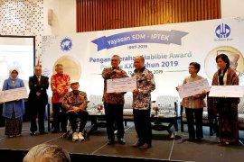 Dekan FIA UI Eko Prasojo raih Habibie Award