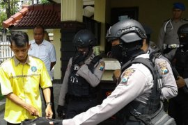 Penjagaan Mapolres Madiun Kota diperketat, pelayanan publik normal