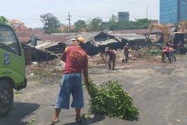 Puluhan lapak pedagang unggas Pasar Keputran Surabaya ditertibkan