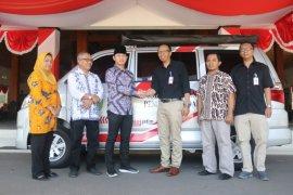 Bank Jatim serah terimakan CSR mobil pelayanan pajak dan motor GERTAK