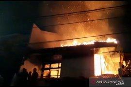 Sebuah rumah kosong terbakar di Cengkareng
