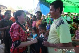 Bupati Landak serahkan bantuan korban kebakaran di Jelimpo