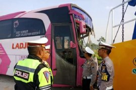 Bus rombongan tabrak truk, empat orang meninggal dunia