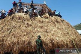 Satgas Pamtas Yonif R142/KJ bantu warga bangun rumah adat Belu