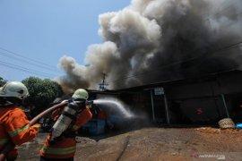 36 lapak milik pedagang Pasar Bendul Merisi Surabaya terbakar