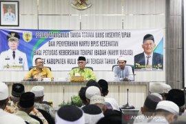Bupati HST serahkan uang insentif dan kartu BPJS kepada 261 kaum masjid