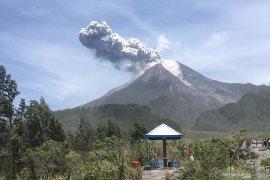 Gunung Merapi semburkan abu tipis guyur dua desa di Magelang