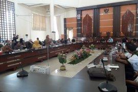 Anggota dewan  interupsi oknum LSM merokok dalam rapat